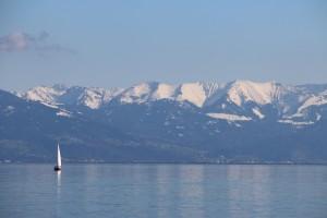 See mit schneebedeckten Bergen